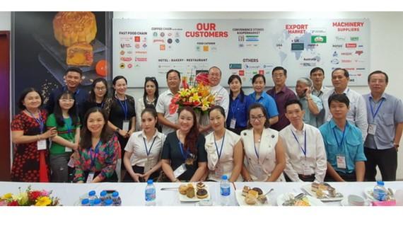 張國林書記(後排左五)送花藍給高肇力總經理(左六)及全體代表合照。