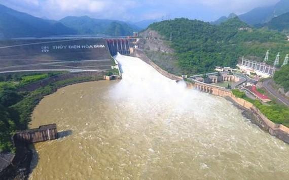 9月30日上午8時,和平水電廠打開底部1孔排洪。(圖源:俊明)