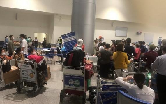 因 Vietjet所安排的隔離酒店收費過高,導致上百名乘客滯留在機場。(圖源:秋莊)
