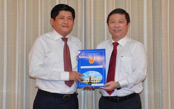 市人委會副主席楊英德(右)向阮友義同志頒發人事委任《決定》。(圖源:越勇)