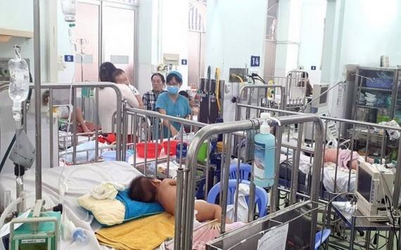 入住市第二兒童醫院接受治療的手足口病童。(圖源:段堅)