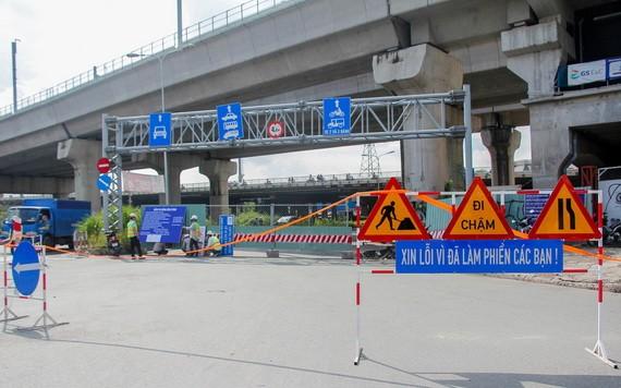 職能機關昨(3)日上午正式築起禁止全部各種車輛駛進平盛郡阮友景高架橋的圍蔽。(圖源:TTO)