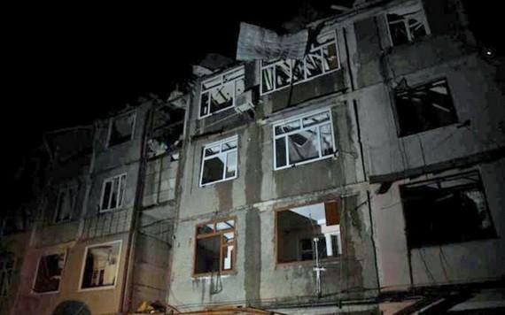 圖為納卡一幢大樓受損,外牆玻璃破碎。(圖源:互聯網)