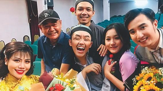 導演、人民藝人越英(左二)以及參演《雷雨》的紅雲戲劇舞台年輕演員。