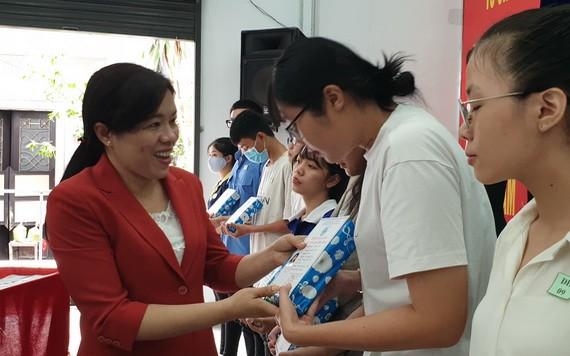 市婦聯會主席阮陳芳珍向優秀生頒發獎學金。