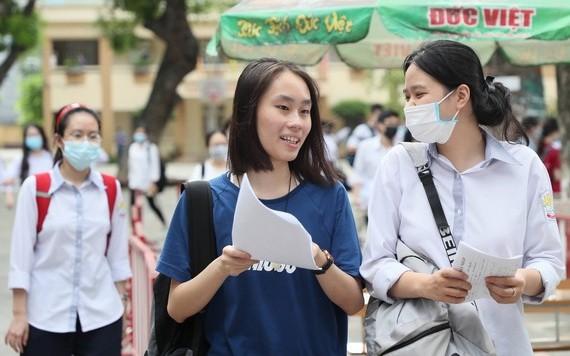 參加高中畢業考試學生。(圖源:潘草)