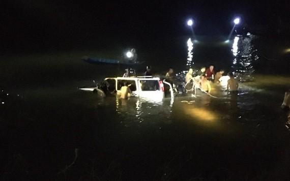 搜救專隊趕到汽車墜河現場開展應急救護措施。(圖源:水仙)