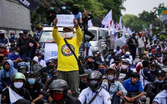 印尼國會通過爭議性法案修正,大批勞工上街示威抗議。(圖源:路透社)
