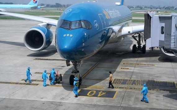 9月25日下午,從韓國首爾飛往河內的越航VN417號班機抵達內牌機場。(圖源:英明)