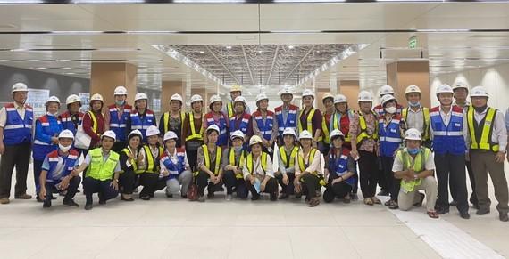 本市少數民族威信模範者代表團在參觀本市濱城-仙泉1號地鐵項目工程時合影留念。