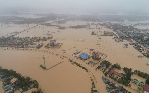 10月18日,廣治省東河市洪澇災區一片汪洋。(圖源:CTV)
