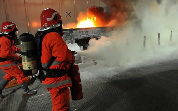 圖為西貢河隧道去年10月27日火燒車事故消防滅火和救援演習現場一瞥。(圖源:Zing)