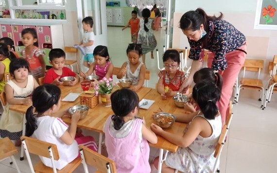新順出口加工區幼兒園學生在吃午餐。