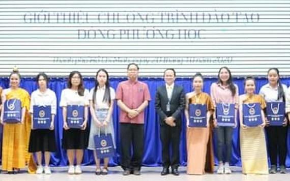 泰國駐本市總領事館向15名新生頒發獎學金。