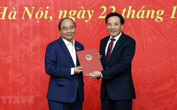 陳文山同志(右)從阮春福總理手中接過人事委任《決定》。(圖源:越通社)