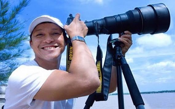 阮亞1968年出生在胡志明市,20歲開始從事攝影工作。他的《越南海島黃沙-長沙》攝影集榮獲2014年國家傑出VAPA攝影大賽的金盃,並在國內獲得多個攝影獎項。