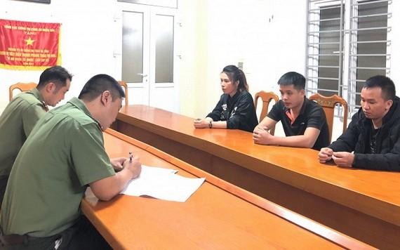 被起訴的三名嫌犯在公安派出所向警方供述其犯罪過程。(圖源:光全)