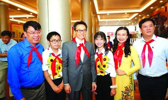 政府副總理武德膽(左三)同與會代表合影。(圖源:互聯網)