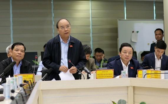 政府總理阮春福在會議上指導加強防範颱風工作。(圖源:姜中)