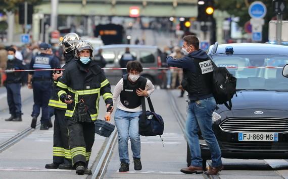 一名法醫人員抵達事發現場。(圖源:AFP)
