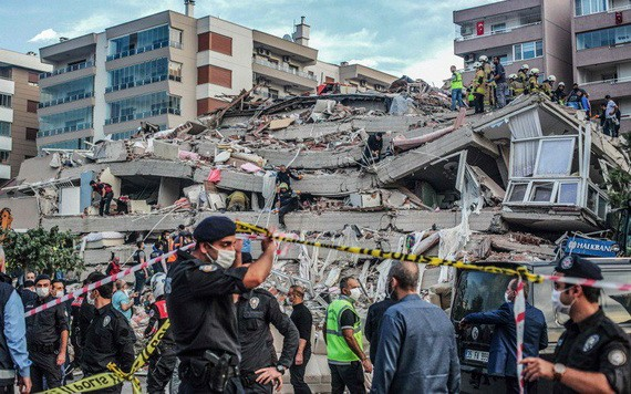 土耳其西岸和希臘部分地區10月30日遭規模6.6 的強震侵襲,部分建築物倒塌及引發海嘯。搜救隊員當天在倒塌的建築物搜尋生還者。(圖源:AFP)