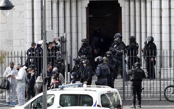 法國尼斯聖母院29日驚傳持刀攻擊,造成3死,多支特警單位緊急趕往現場。(圖源:歐新社)