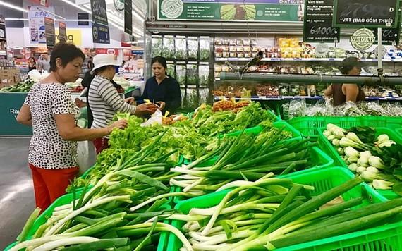 消費者正選購越南農產品。