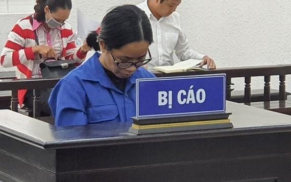 被告人阮明娘站在被告席上低頭回答審判員問案。(圖源:嘉慶)