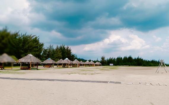 美麗又寧靜的白千層湖某度假村沙灘。(亦凡攝)