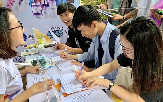 市自然科學大學生在辦理無息貸款手續。(圖源:陳黃)