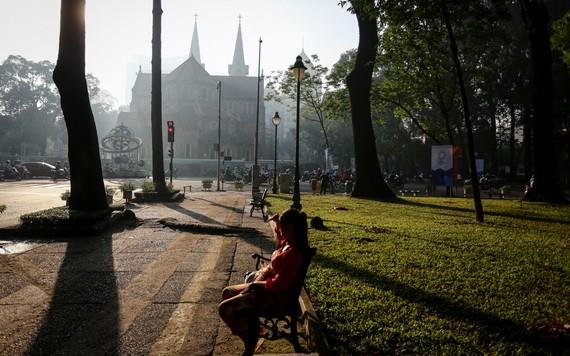 第一郡今早的氣溫比較涼爽。圖為第一郡聖母大教堂旁邊公園一瞥。(圖源:成阮)