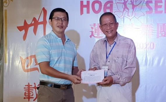 陳志華團長(右)向本報編輯部副主任陳福生轉交善款。