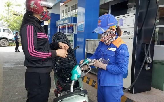 一名騎士在某加油站加油。(示意圖源:田升)