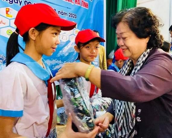 原國家副主席、韋阿英基金會主席張美華送禮物給學生。
