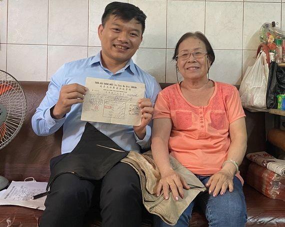 關惠芳(右)把穗華里的房屋租單與父母留下的傳統衣服捐贈給陳列室。