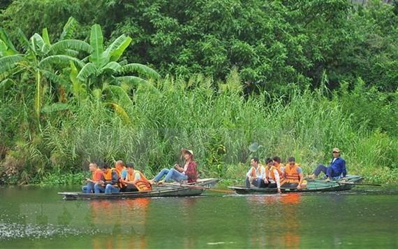 乘船參觀寧平省三谷景區。