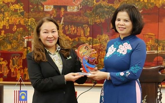 北寧省人委會主席阮香江(右)向馬來西亞駐越南大使賽義德‧穆斯塔法贈送紀念品。(圖源:北寧報)
