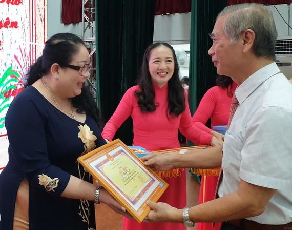 市華語成人教育中心主任錢美秀獲表彰。