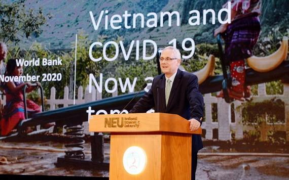 世銀駐越南首席經濟專家莫里塞特博士在研討會上發言。(圖源:N.E.U)