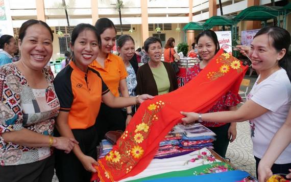 婦女創業攤位在盛會上推介繡花新產品。(圖源:婦女報)