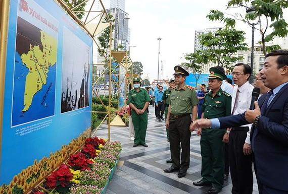 南圻起義圖片展吸引了各界人士前來觀賞、了解南方軍民為國家和平、獨立和統一事業英勇鬥爭的事跡。