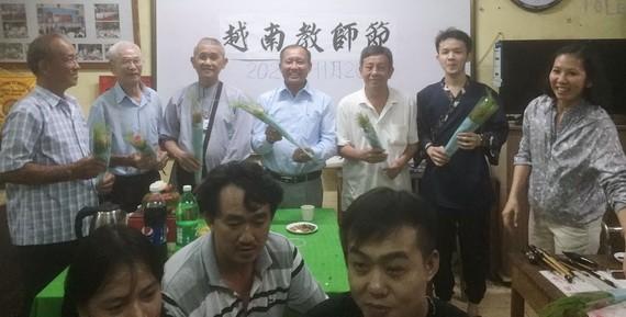 學生們在聚會上向五幫公所代表及老師致送禮物及鮮花