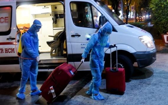 送新冠肺炎疑似病例至隔離區。