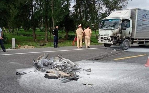 摩托車與迎面而來的卡車正面相撞起火,摩托車全被燒毀,騎士獲送醫院急救後不治身亡。(圖源:越通社)