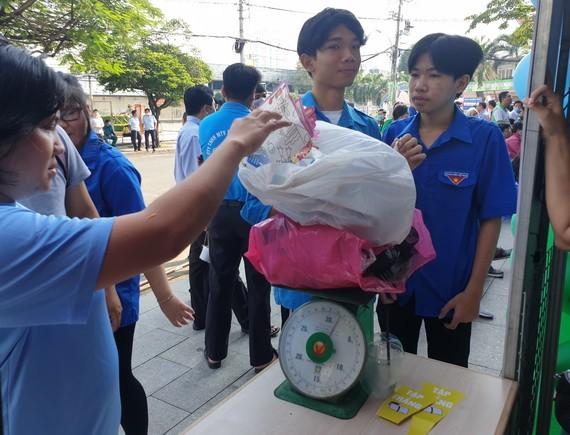 """青年參加""""廢棄物換取禮物""""活動。"""