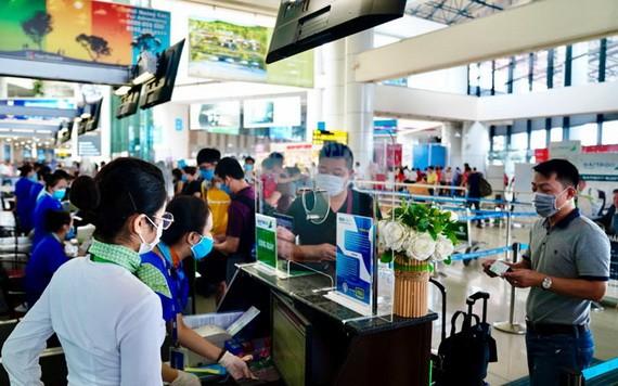 乘客在機場辦理登機手續。(示意圖源:互聯網)