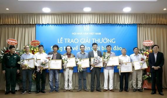 優秀作品得獎者頒獎儀式。(圖源:VNN)