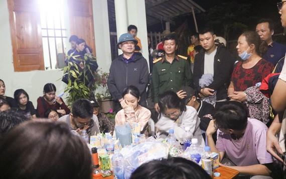 至同日晚上9時20分左右,搜救力量已尋獲被困學生,安全營救他們。(圖源:人民公安報)