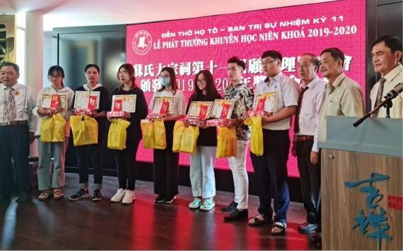 理事長蘇漢光(左)給各優秀生頒獎後合照。