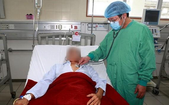 圖為醫生在為一名感染類鼻疽桿菌患者查體。(圖源:)